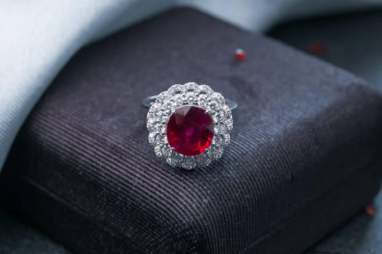 就要玉珠宝:鸽血红宝石价格,什么级别的红宝石才算得上鸽血红宝石
