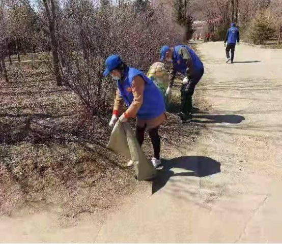 通河县公益在线志愿者:清理景区垃圾 创建文明城市
