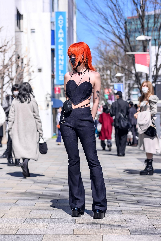 穿戴爱心背心的橘色头发小姐姐的妆扮十分出挑