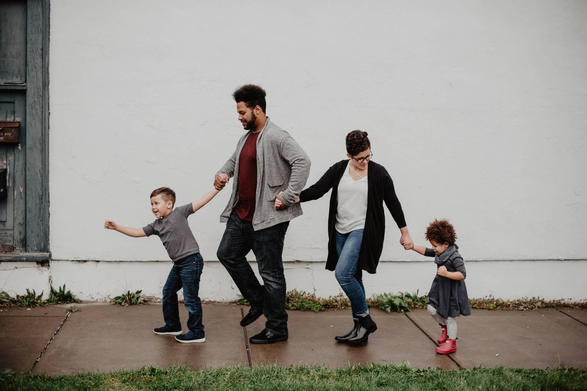 拉近亲子关系方法有很多,要如何利用幽默的方式拉近亲子关系呢? 为什么家庭关系如此复