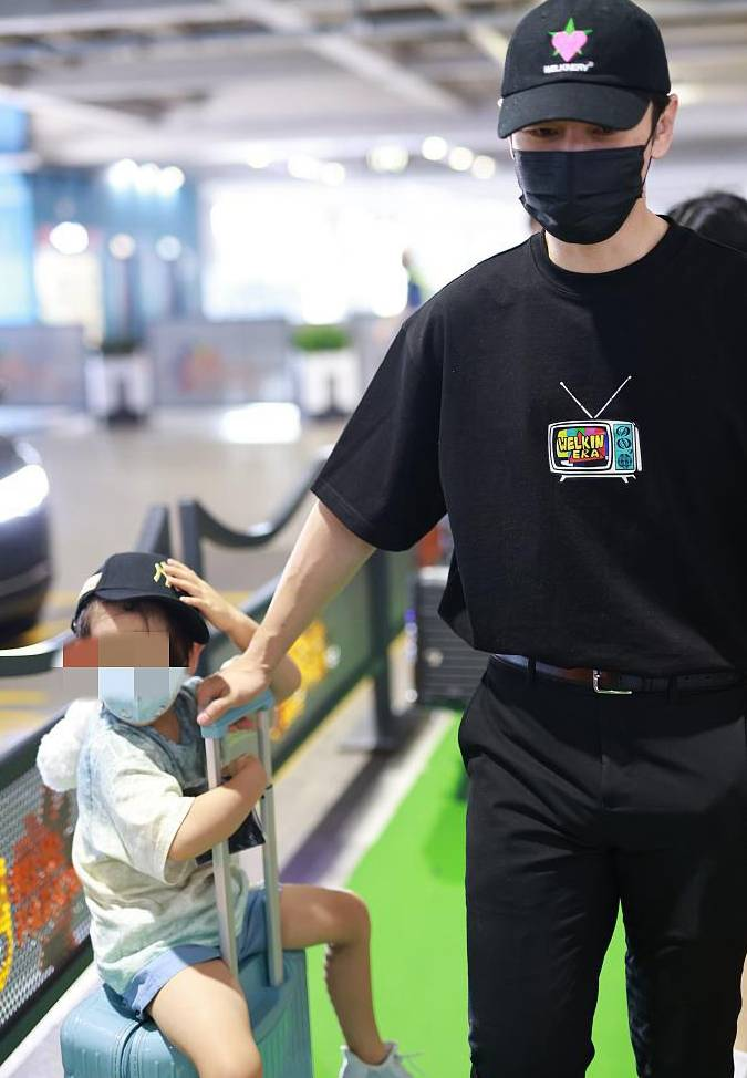 黄晓明现身机场,拉着坐在行李箱的儿子,一脸宠溺