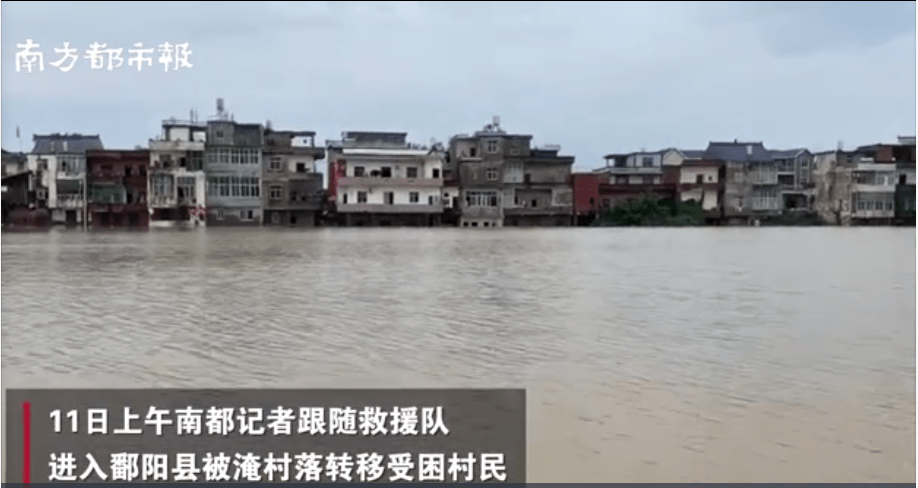 江西鄱阳洪灾救援现场:2小时内房屋倒塌5座,消防员脚被泡白