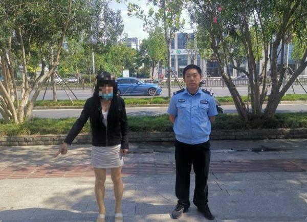 """扬州一""""妖艳女子""""站街拉客,民警一查竟然是五旬大叔"""