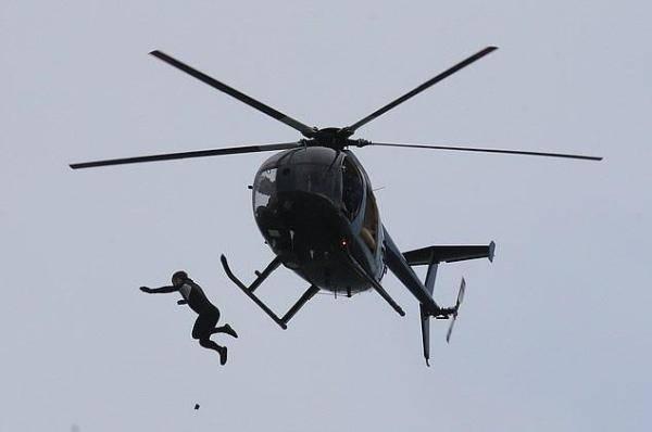 英国男子40米高空从直升机上跳入海中 创造世界纪录