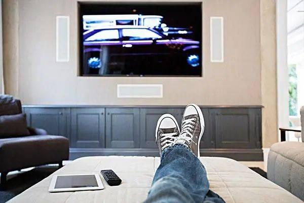 LG造了个透明电视,简直就像块玻璃!还能从床尾