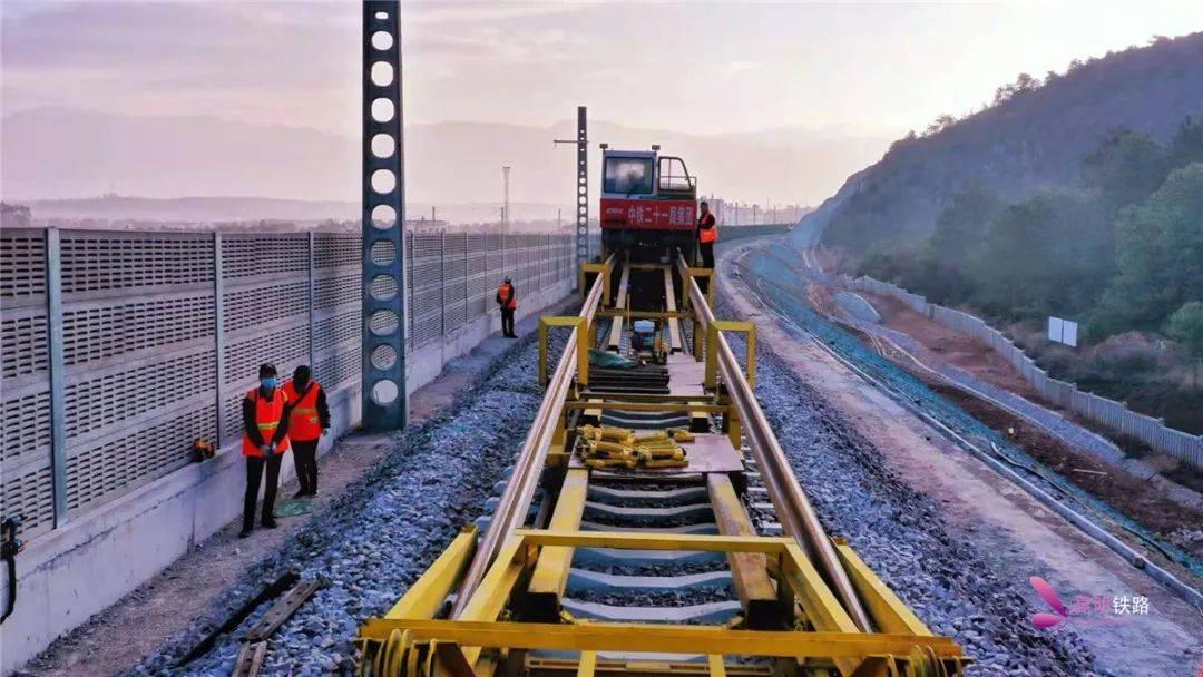 丽香铁路开始铺设500米无缝长钢轨