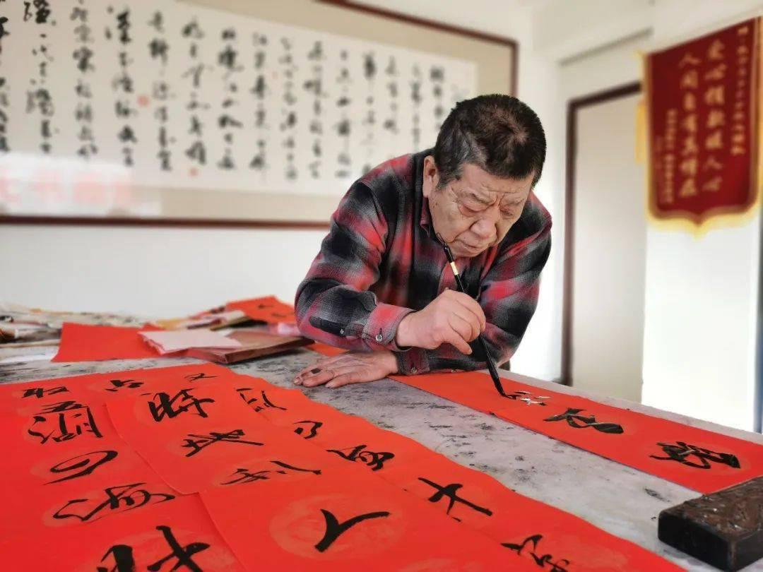 """69岁书画家写500幅春联,向""""大白""""致敬!"""