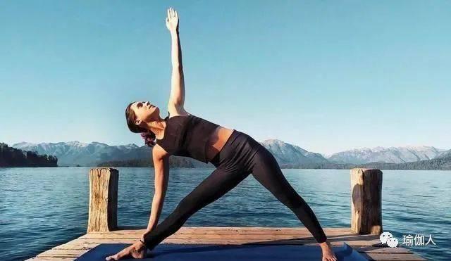为什么在瑜伽三角式膝盖过度伸展这么容易?(以及如何避免它!)