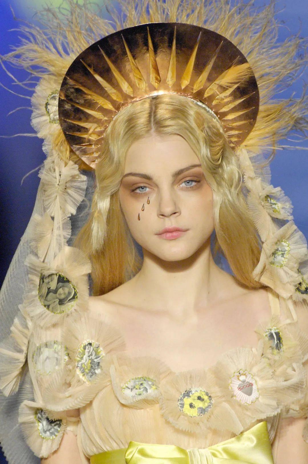 天仙下凡、野性女郎、肯德基麦当劳女士……5场惊艳封神的服装大秀