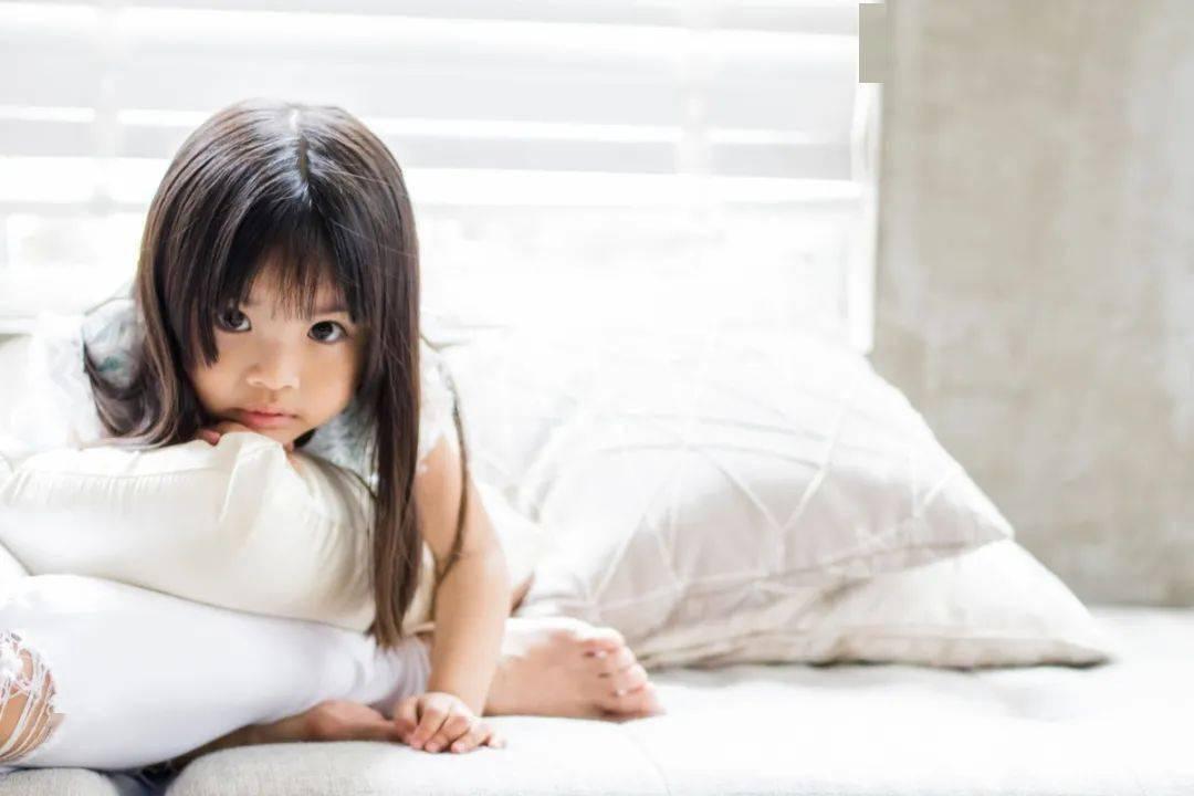 """""""2岁女儿喜欢夹腿反复摩擦 有时会两腿发直、面红出汗、持续数分钟""""这是性早熟吗?-家庭网"""
