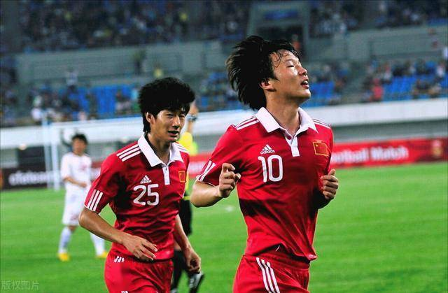 他曾是国足核心,为实现代表家乡球队出战的梦想,甘愿屈身踢中乙