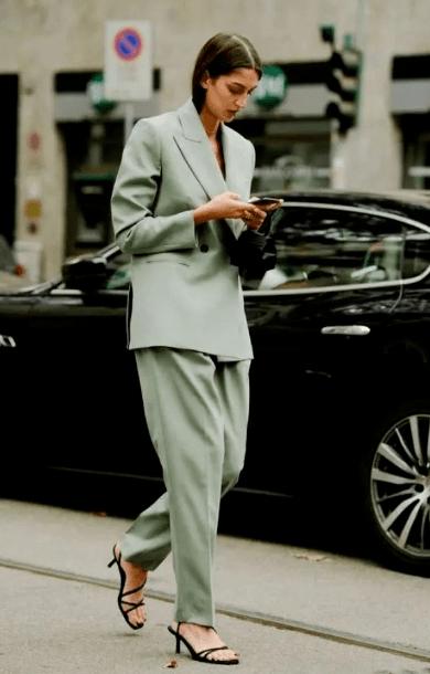 """2021年的""""流行色""""来了,显白显气质还不挑人,跟着穿就对了"""