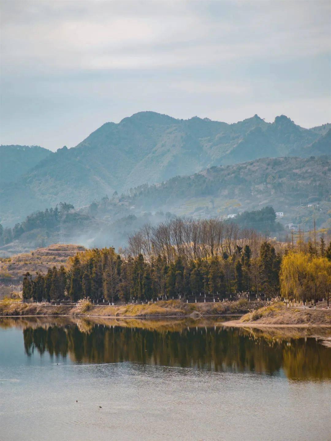 春日踏青季 |恰逢春日好时节来油画里的秘境湖泊吧