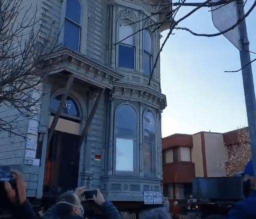 美国一百年老楼整体搬迁:穿过七个街区,引人群围观
