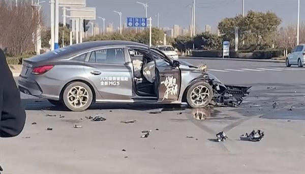 大白天,比亚迪韩EV和MG 5在路上玩碰撞测试?结果很意外!