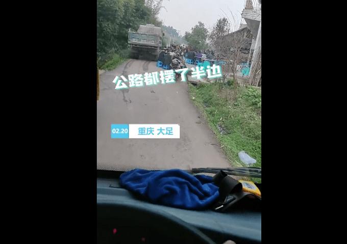 村民占路摆宴席大货车从边上开过 后车司机拍下意外