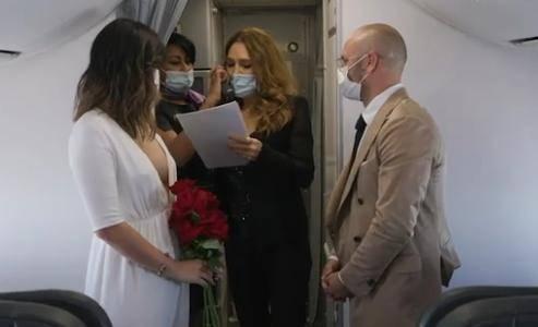 爱是无法阻挡的!在疫情下,澳大利亚新婚夫妇举行空中婚礼