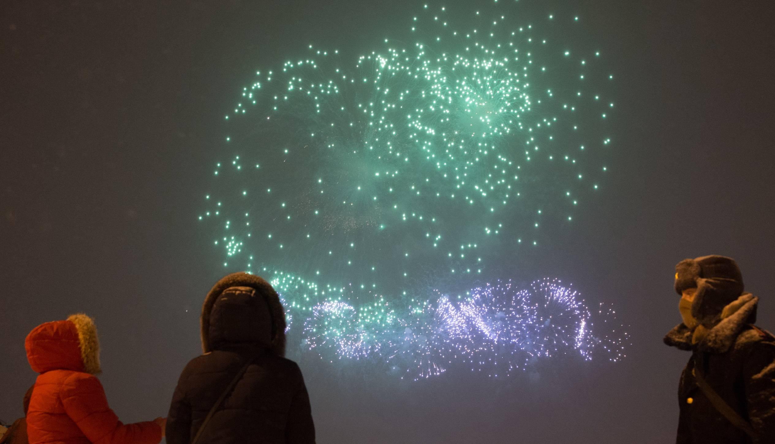 圣彼得堡:燃放烟花庆祝祖国保卫者日