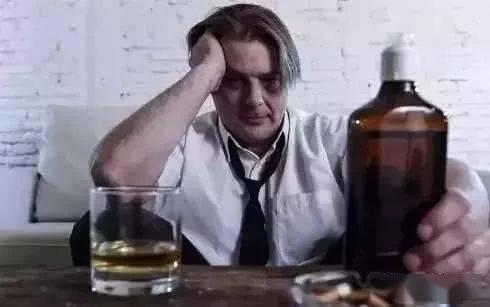 长期喝酒的人,早上起床后,出现这4种表现,可能是肝受损了
