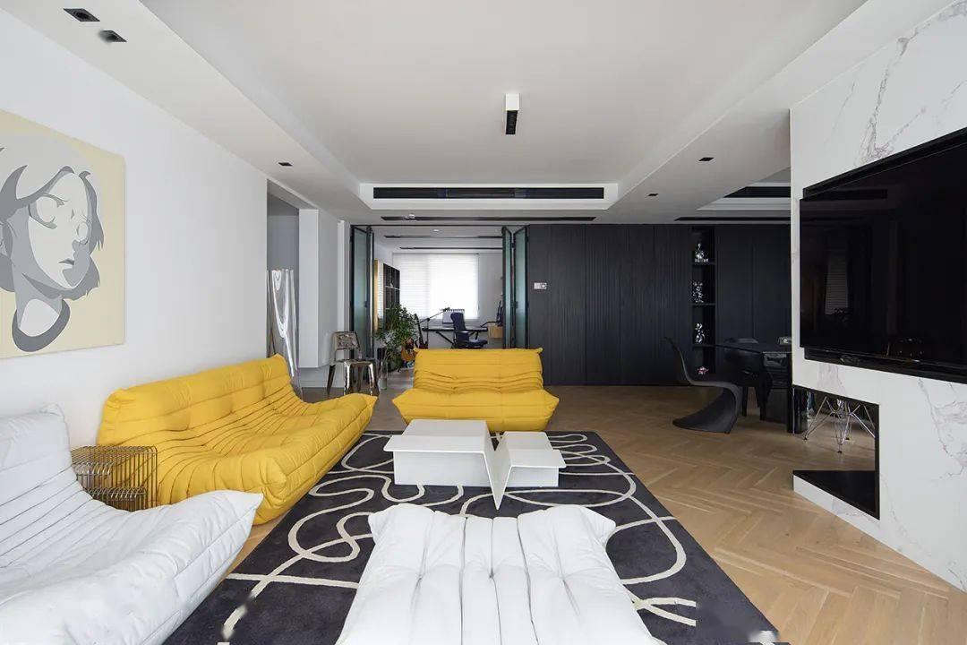 《快本》导演的家,演绎黑色调的谦虚与傲慢 至内设计
