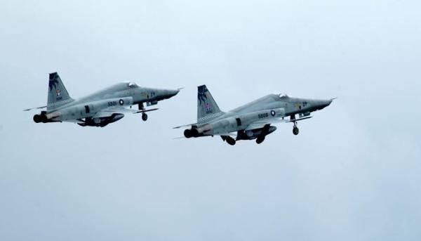 台F-5E战机擦撞坠海 事发地村民:听到巨响宛如导弹试射