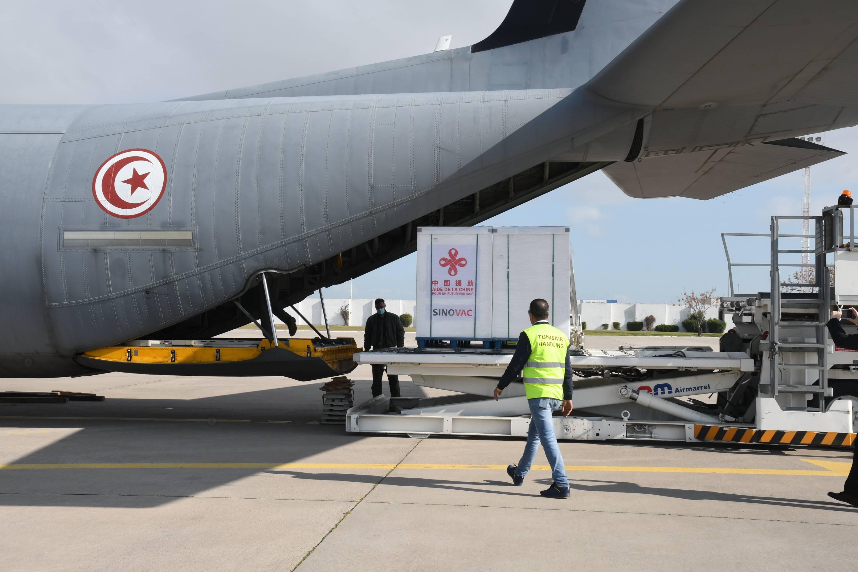 中国援助新冠疫苗抵达突尼斯