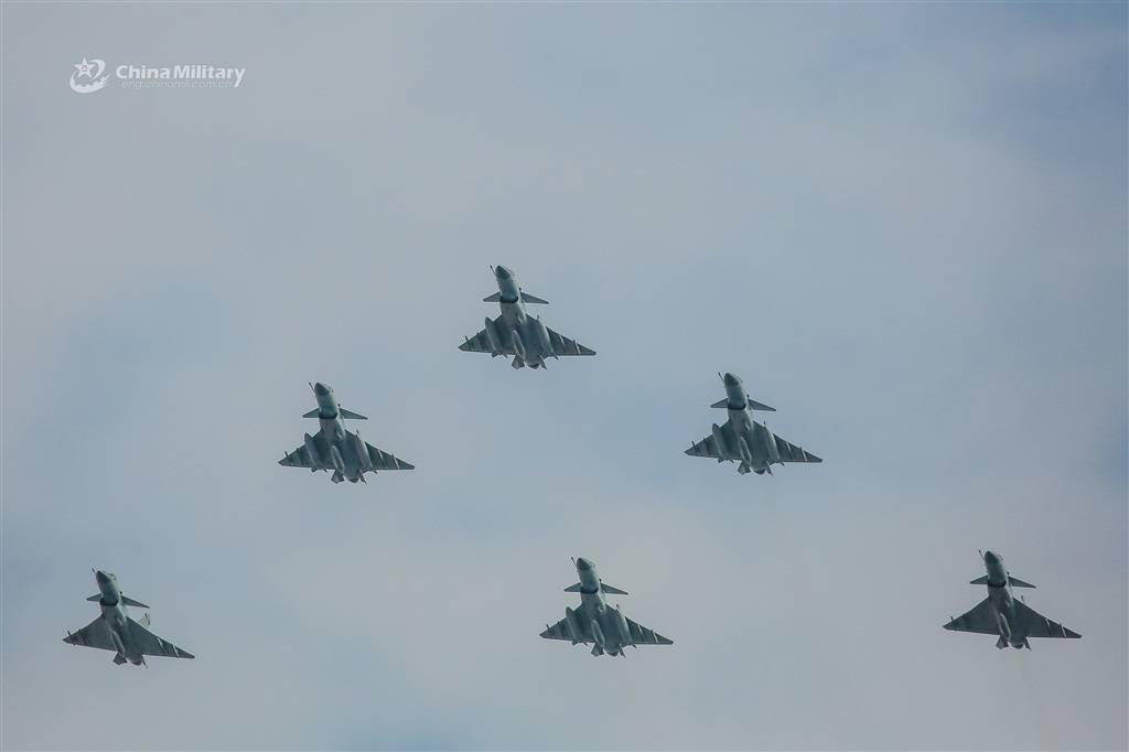 """罕见!歼-10B战机""""大象漫步"""",还有6机同框编队飞行"""