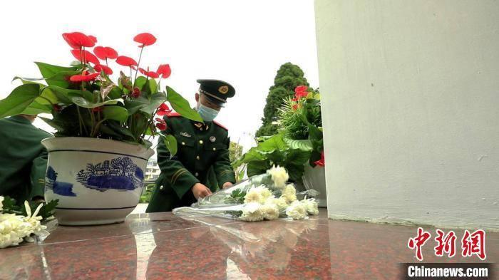 颂忠魂传精神 上海各界人士开展清明祭英烈活动