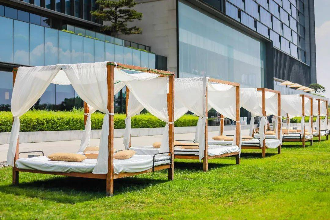 解锁涵碧楼全新白色野餐,现在预约享早鸟优惠!
