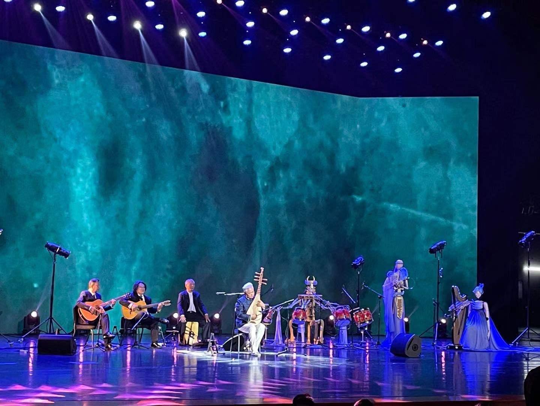 """打破""""次元壁"""",国乐艺术家方锦龙与清华墨甲机器人乐队同台演奏"""