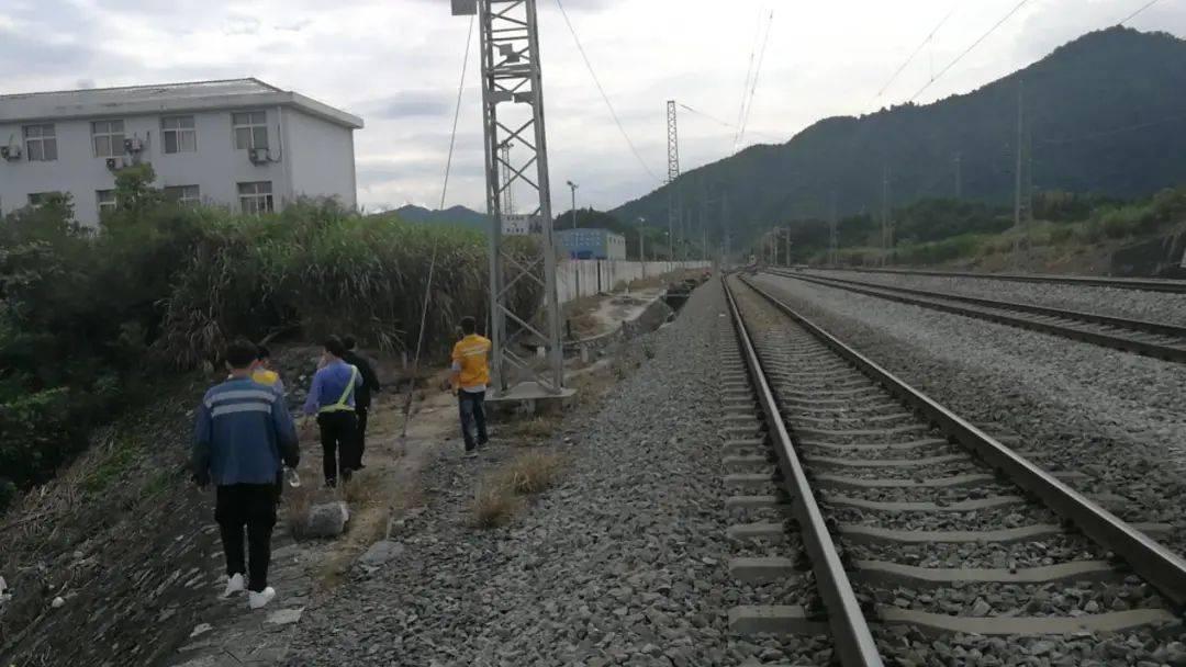 炎陵霞阳镇扎实开展铁路沿线安全环境整治和安全知识教育宣传活动
