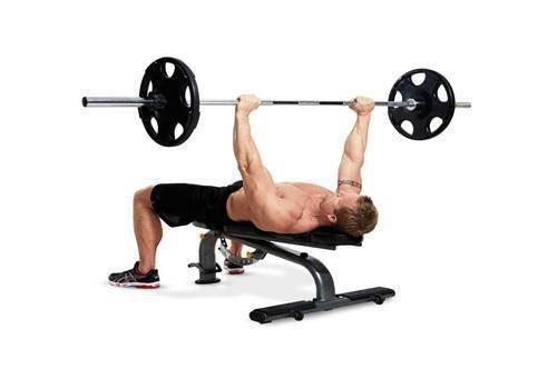 杠铃卧推动作,胸部训练的经典动作,了解杠铃卧推,提高胸部效率_肌肉