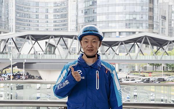 """送外卖近七年,他成为首位获""""全国五一劳动奖章""""的骑手"""