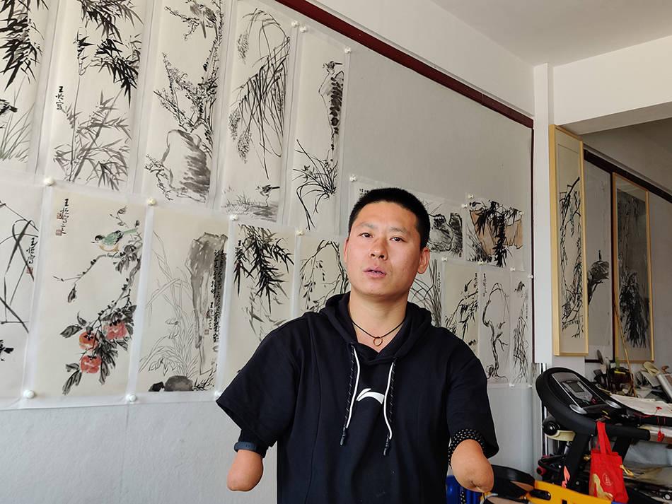 """38岁无手""""斜杠青年""""考上全日制研究生:将为中国画而战斗"""