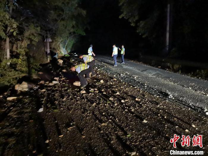 云南大理进行交通管制,保障地震救援车辆通行