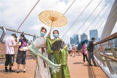 打卡海心桥 漫步珠水上 海心桥迎首个周末 截至昨日上午10时接待人数超2.5万人次