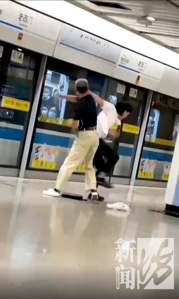 """又来?沪一地铁再现""""全武行"""" 小伙被大爷打的毫无还手之力!-家庭网"""