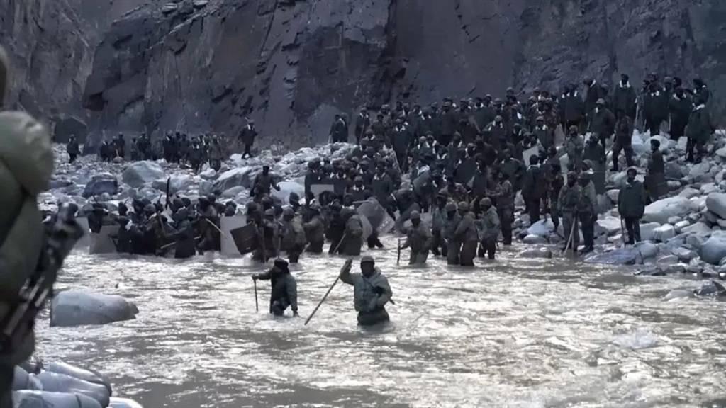 中印边境冲突现场最新画面曝光,官兵激流中被冲散