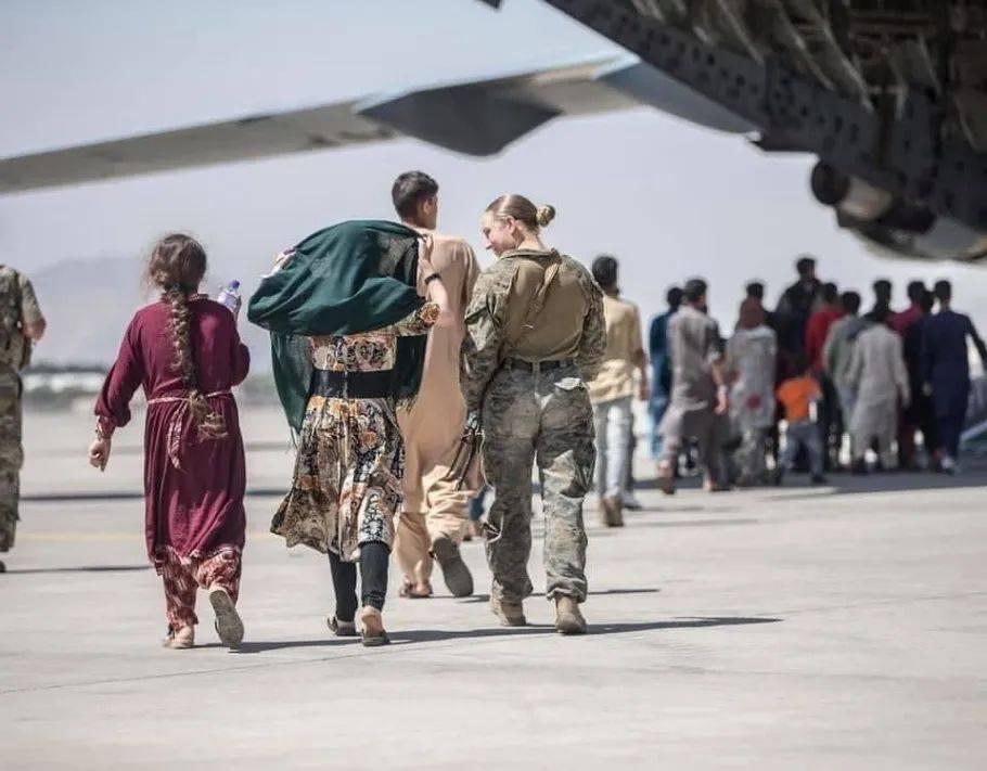 """赢咖5注册美军""""机场抱阿富汗婴儿""""宣传照上的女兵,确认被炸死"""