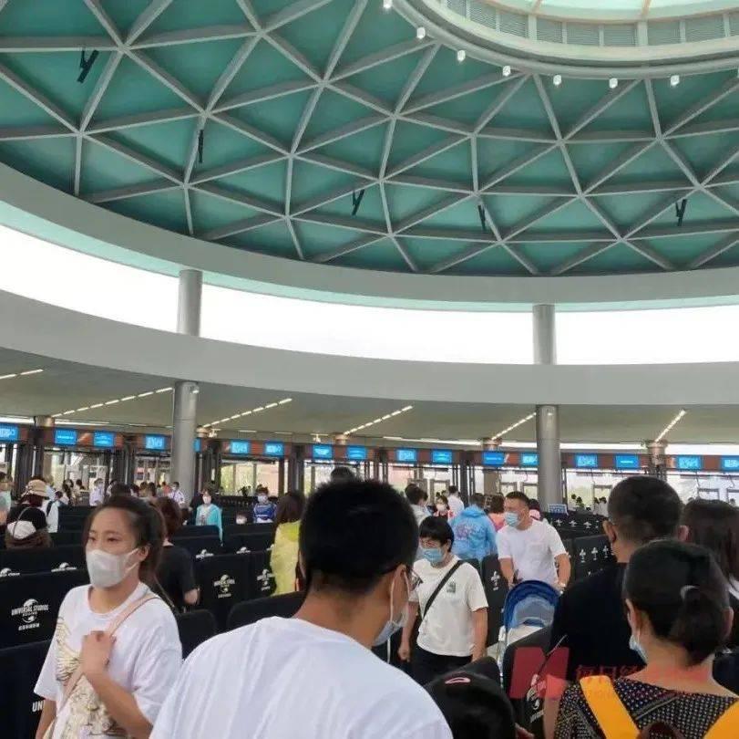 """1个月仅门票收入就近10亿元!园区里广告无处不在,游客仍冒雨跑步入场…北京环球影城为何如此""""吸金""""?"""