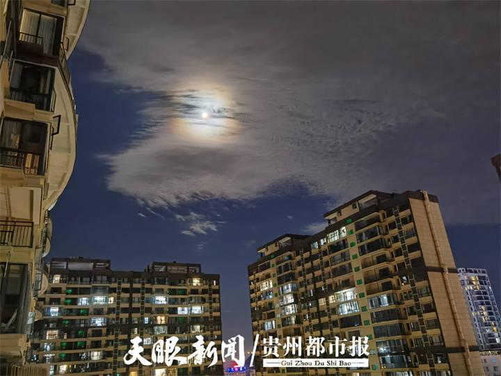 兴义上空出现美丽月晕