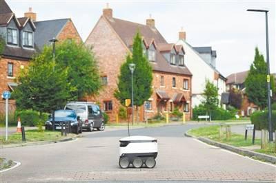 英国小镇超市用机器人 为住户提供送货服务