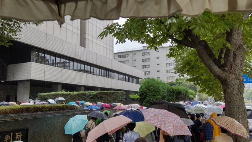 """局面混乱!日本""""反疫苗诉讼""""开庭!数百名未戴口罩示威者蜂挤满法院内外"""