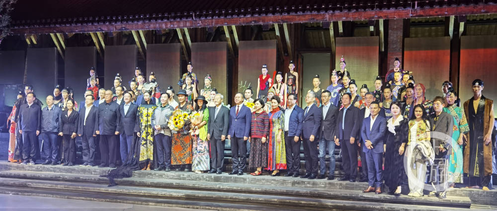 2021中国重庆国际时装周南滨路盛大开幕