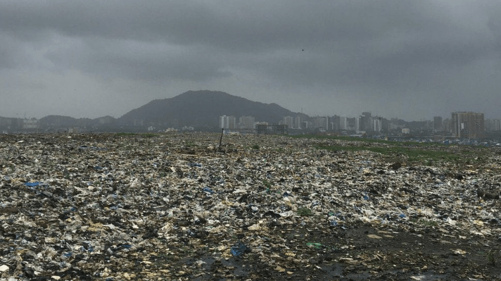 """印度最古老的""""垃圾山""""已经有18层楼高"""